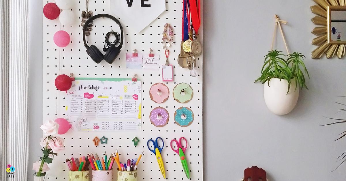 Dziurkowana tablica nad biurkiem czyli pegboard DIY