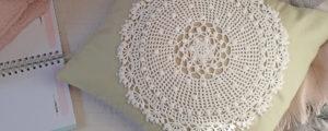 Dekoracyjna poduszka z szydełkową serwetką – proste diy
