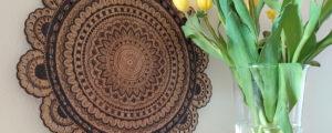 Mandala na drewnie – wnętrzarska dekoracja diy